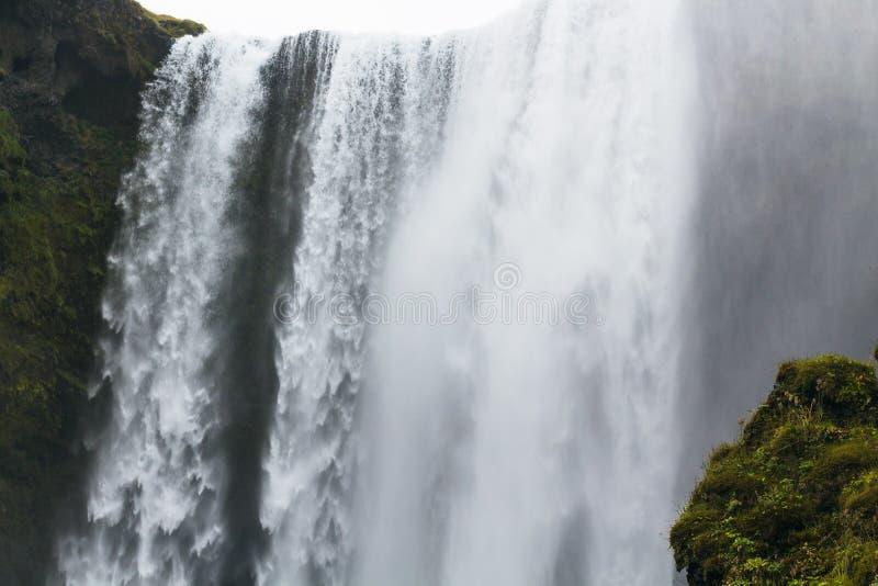 wodni strumienie Skogafoss siklawa w Iceland zdjęcie stock