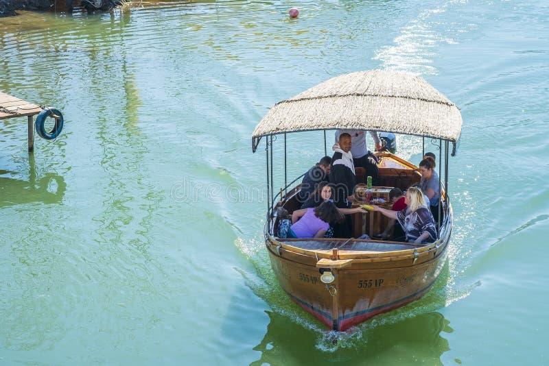 Wodniactwo na Skadar jeziorze na pogodnym wiosna dniu zdjęcie royalty free