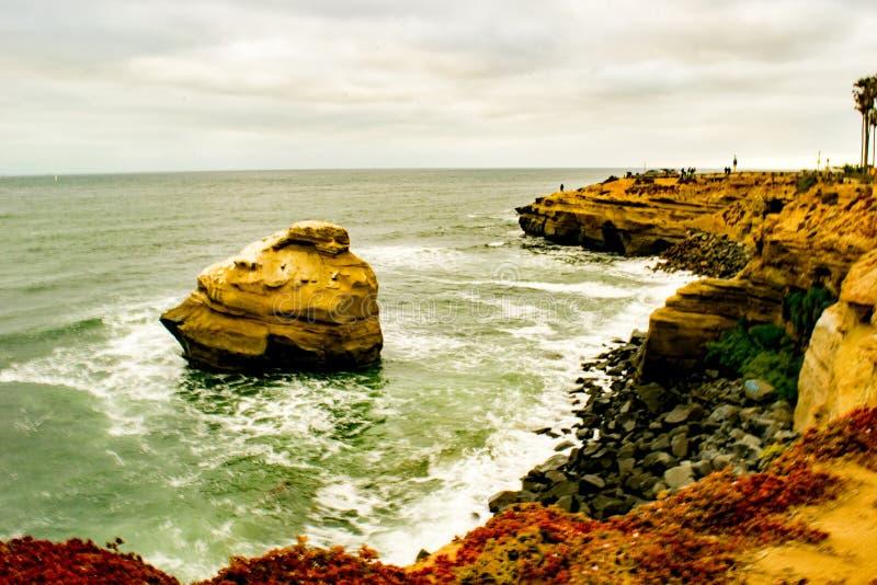 Wodny łamanie przeciw skałom fotografia stock