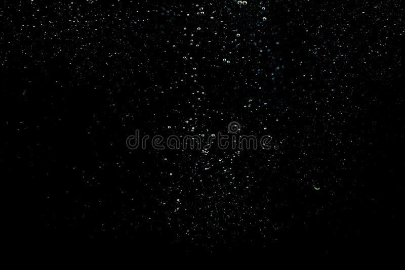 Wodny bąbel w wodzie na czarnych tło obraz stock