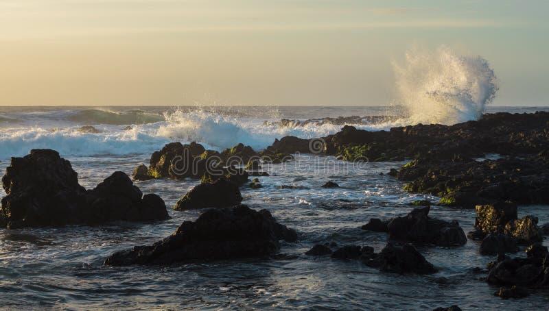 Wodny chełbotanie na skałach obrazy stock