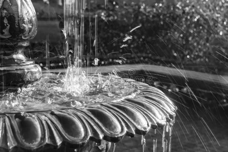 Wodny chełbotanie w fontannie - Czarny I Biały obrazy stock