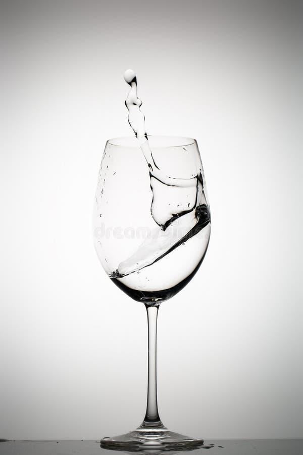Wodny chełbotanie w wina szkle zdjęcie stock