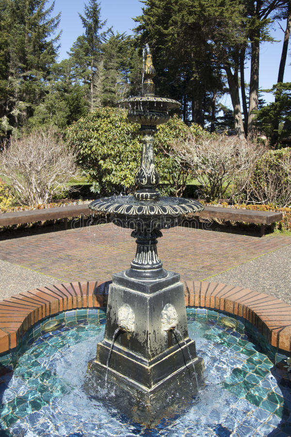 Wodny ciurkanie nad fontanną na słonecznym dniu przy brzeg akrów stanu parkiem, Oregon zdjęcie royalty free