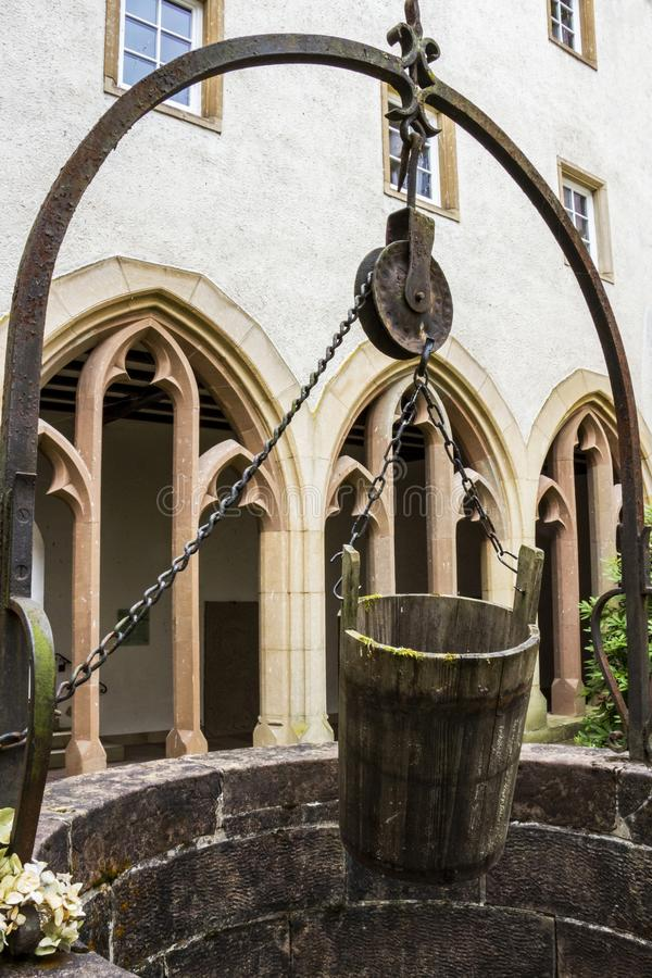 Wodny dobrze i wiadro w poprzedni przyklasztornym Trynitarski kościół w Vianden, Luksemburg obrazy royalty free