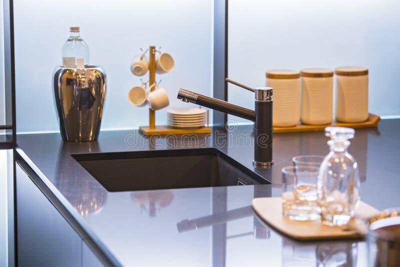 Wodny faucet w nowożytnej kuchni Betonowa countertop i luksusu kuchnia obraz stock