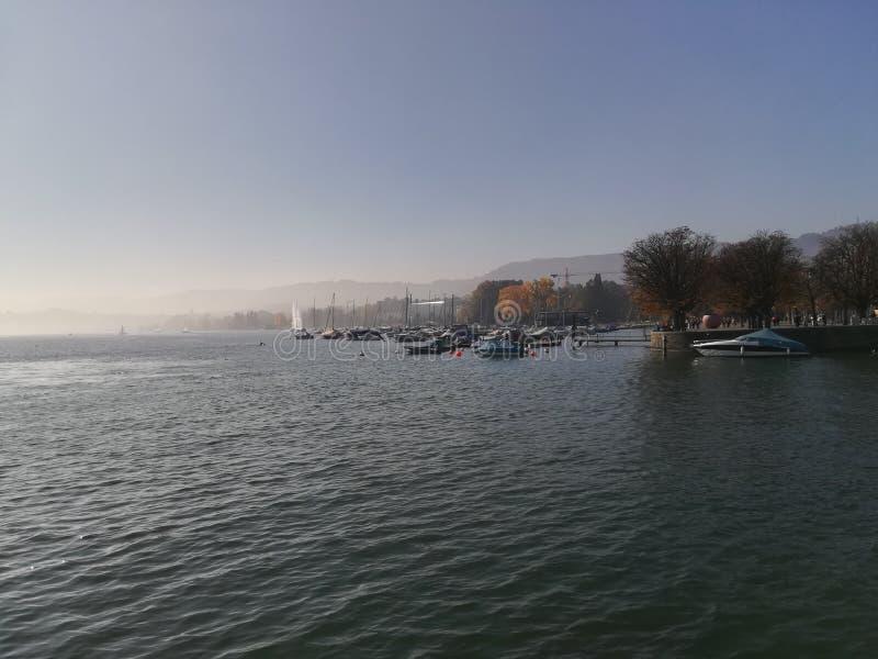 Wodny horyzont łodzi słońca nieba jezioro fotografia stock