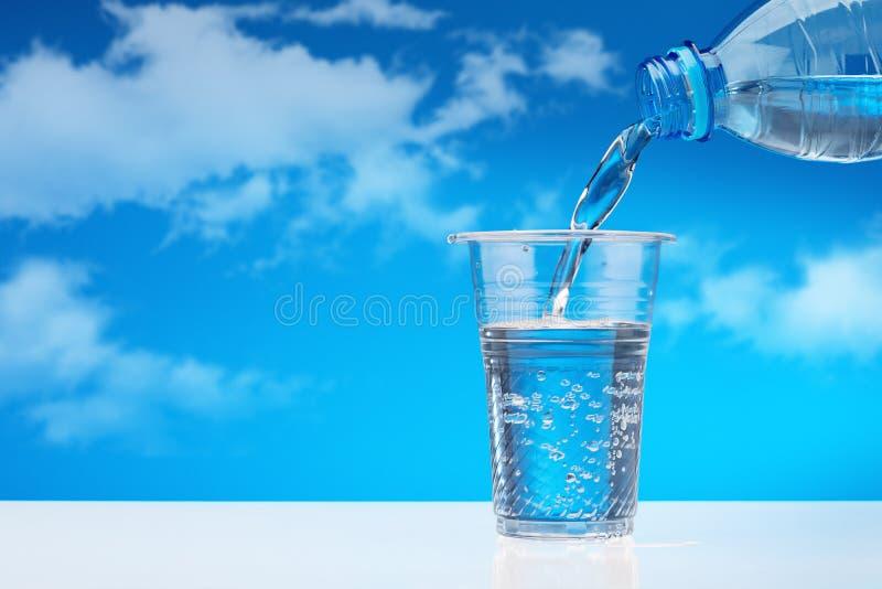 Wodny napoju dolewanie w szkło zdjęcie royalty free
