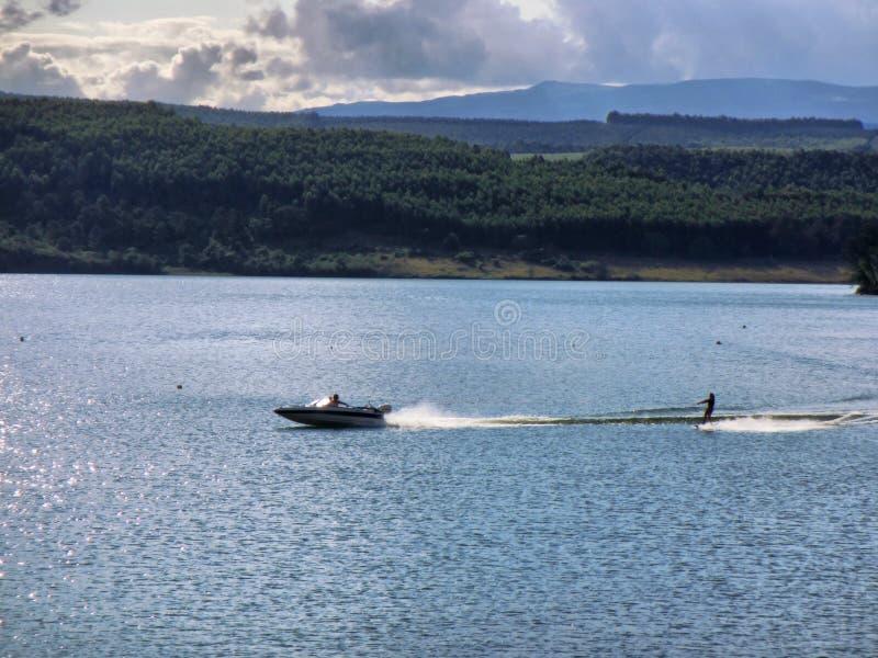 Wodny narciarstwo na jeziorze obrazy stock