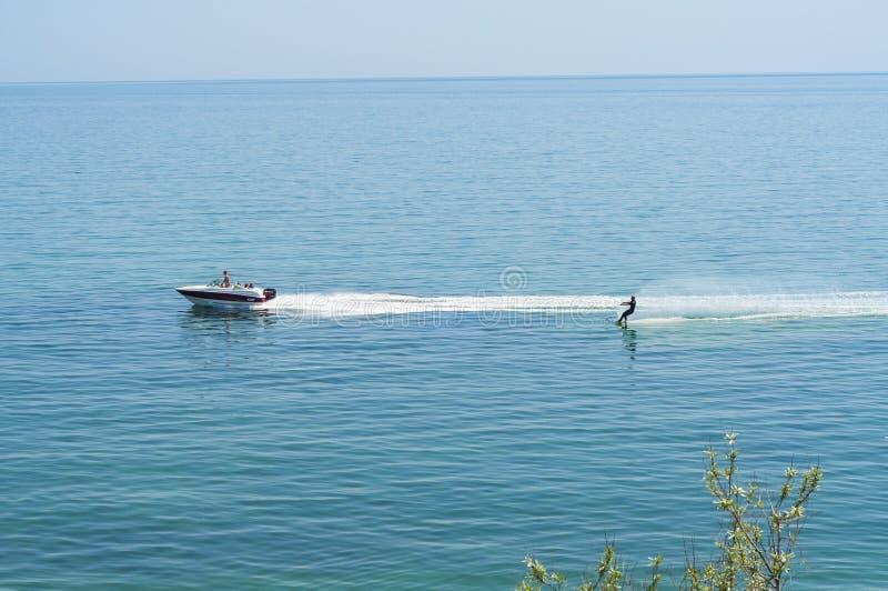Wodny narciarstwo w Czarnym morzu blisko Koktebel Crimea, Ukraina obrazy stock