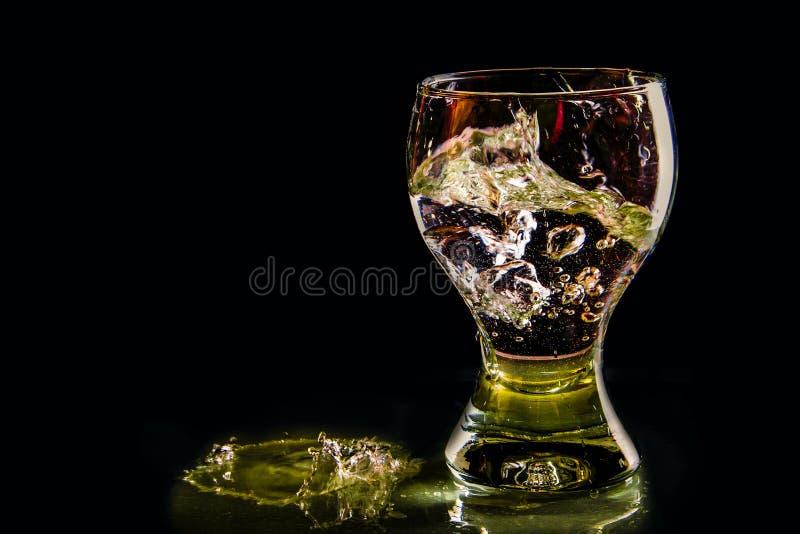 Wodny pluśnięcie w szkle w koloru świetle fotografia royalty free
