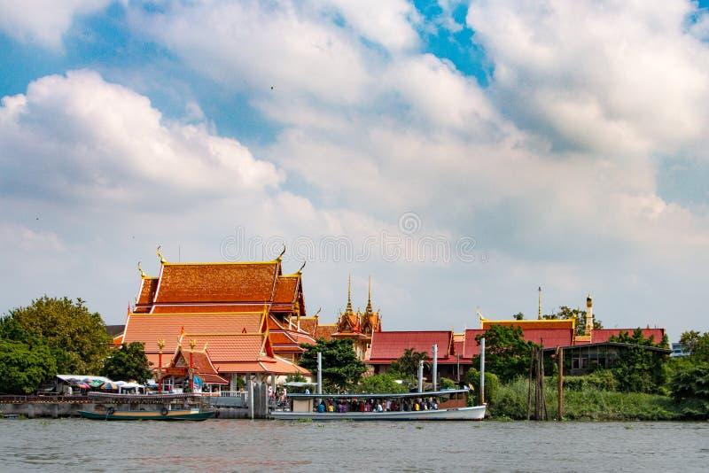 Wodny prom z ludźmi przy świątynią zdjęcia royalty free
