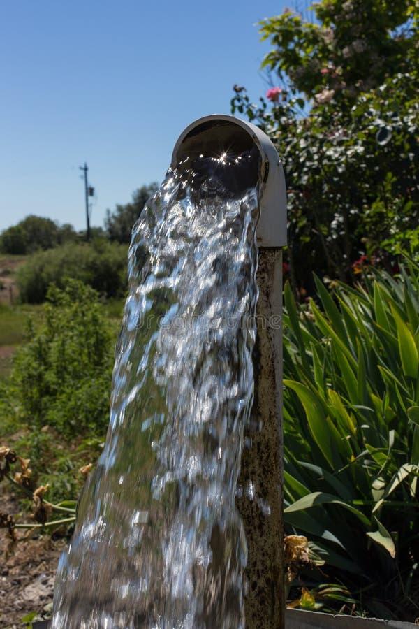Wodny spływanie od well drymby obraz stock