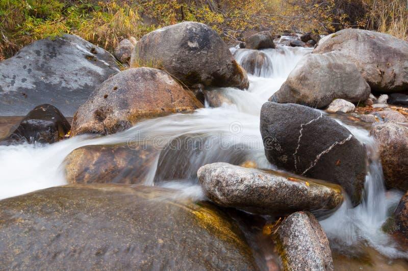 Wodny strumień biega nad skałami obrazy royalty free