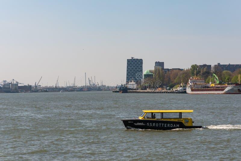 Wodny taxi mknięcie na rzece w Rotterdam, holandie obrazy royalty free
