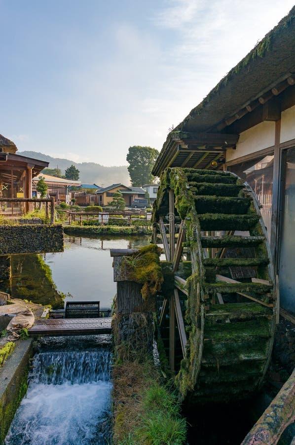 Wodny toczy wewnątrz Japońską historyczną Oshino Hakkai wioskę Japonia obrazy stock