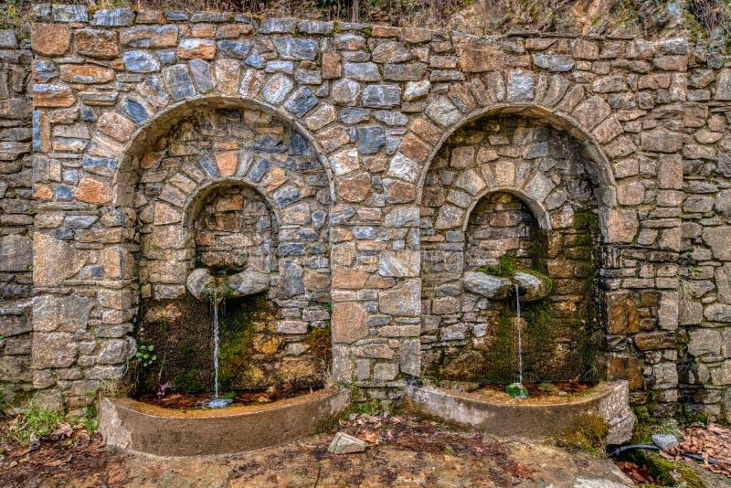Wodny tryskać Kamiennej ściany Wodna fontanna Zamyka up wodny tryskać zdjęcia royalty free