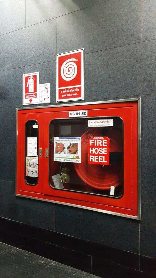 Wodny wyposażenie dla pożarniczego węża elastycznego rolki w budynku fotografia stock