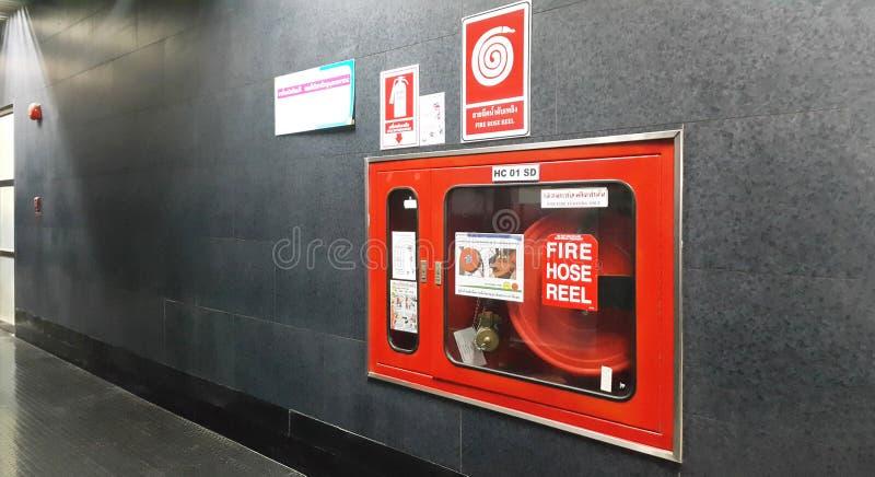 Wodny wyposażenie dla pożarniczego węża elastycznego rolki w budynku obraz royalty free
