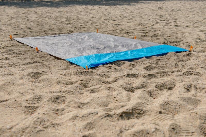 Wodoodporna i sandproof nylonu plaży koc na piasku Bardzo cienki tarp lub odcisk stopy używać dla plenerowych aktywność, jako bar obraz royalty free