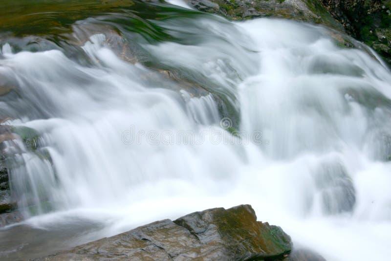 Download Wodospad dymiąca mountain obraz stock. Obraz złożonej z wielki - 138715