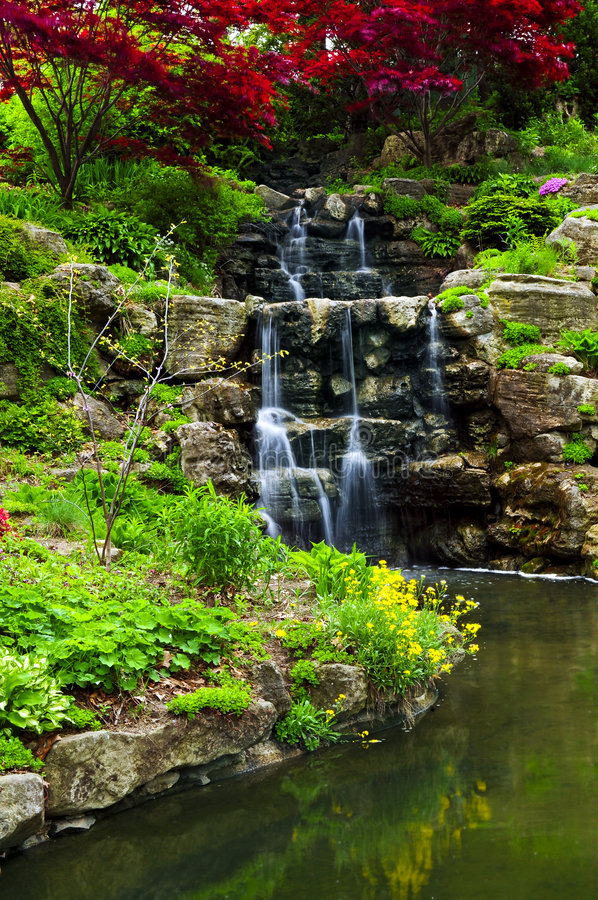 wodospad się kaskadą stawową zdjęcia royalty free