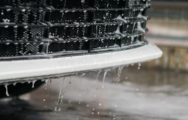 Wody i piany odcieki z przodu samochodu spod spodu miejsca dla inskrypci, obraz stock