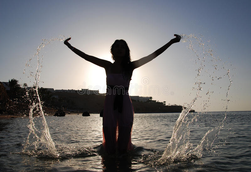 wody morskiej droping kobieta zdjęcia royalty free