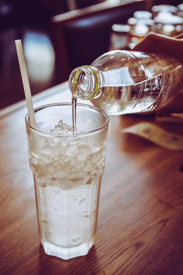 Wody pitnej dolewanie od pvc butelki obrazy royalty free