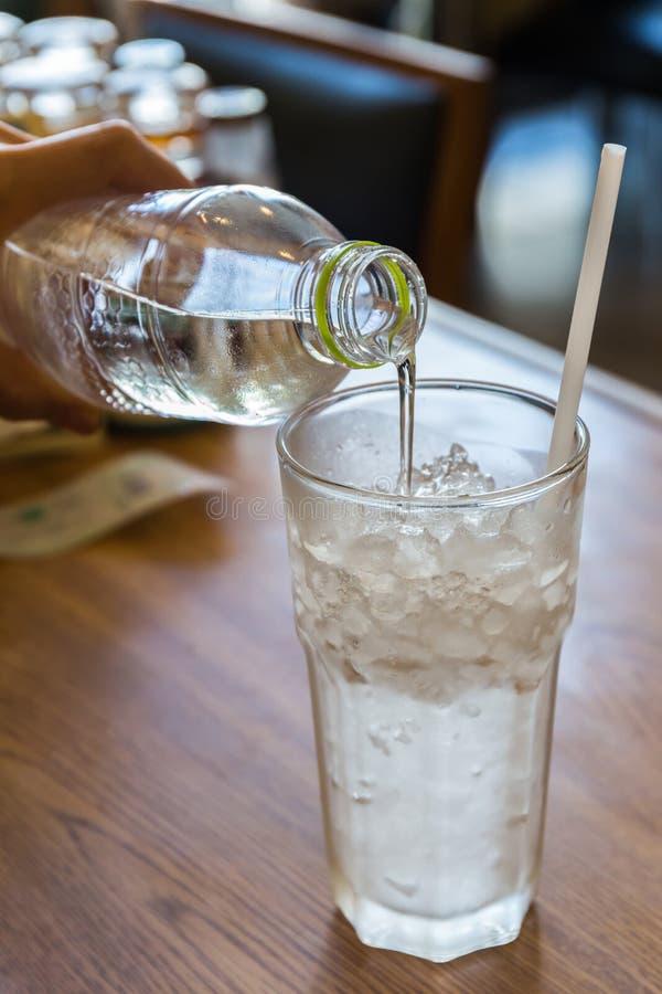 Wody pitnej dolewanie od pvc butelki obraz royalty free