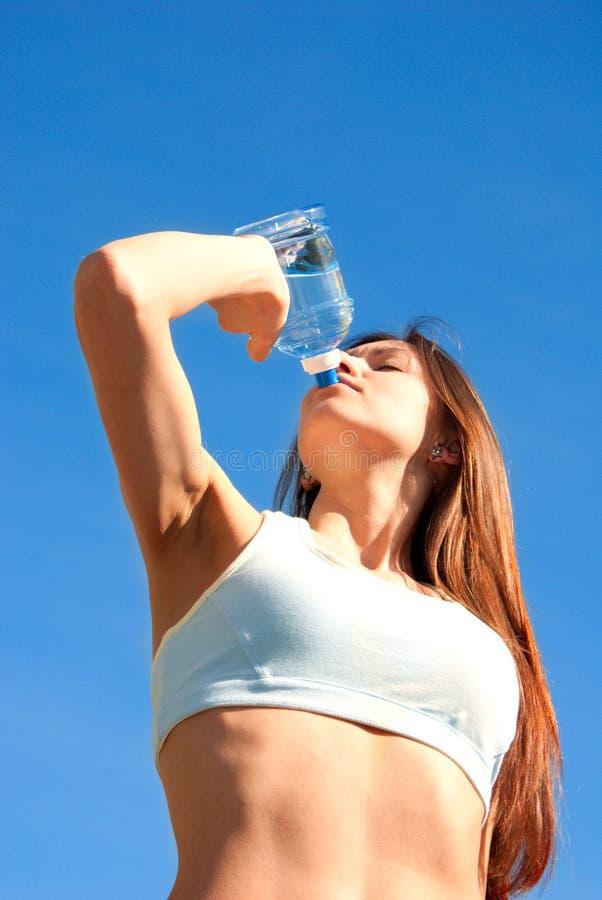 wody pitnej kobiety potomstwa obrazy stock