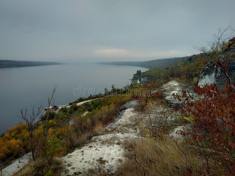 wody rzecznej nieba krajobrazu nadrzeczna jesień chmurna obraz royalty free