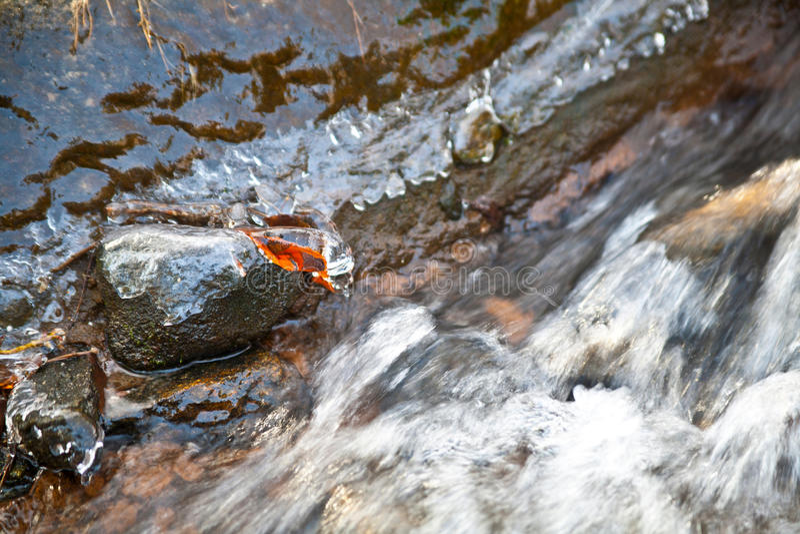Wody rzecznej spływanie przez kamieni i skał w zimie zdjęcie royalty free