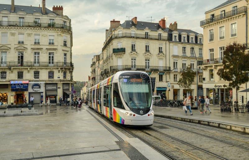 WOEDE, FRANKRIJK - SEPTEMBER 26, 2013: Stadstram met een embleem van de regenboogvlag van LGBT in Anges, Frankrijk royalty-vrije stock foto's