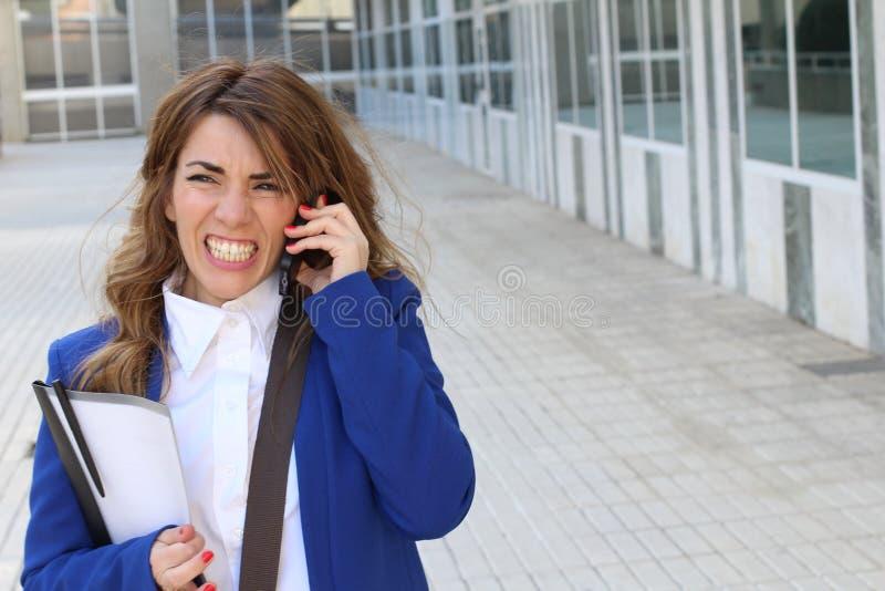 Woede op de mobiele telefoon - Voorraadbeeld stock afbeelding