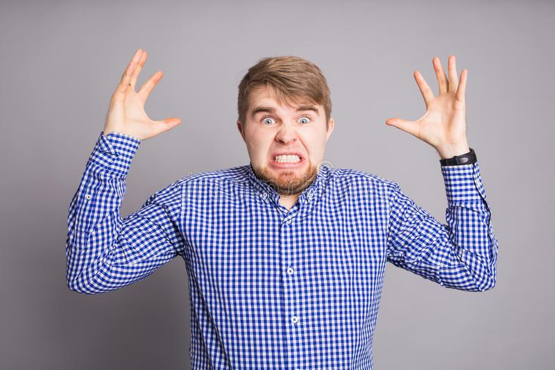 Woedende boze mens met woede en frustratie stock afbeelding