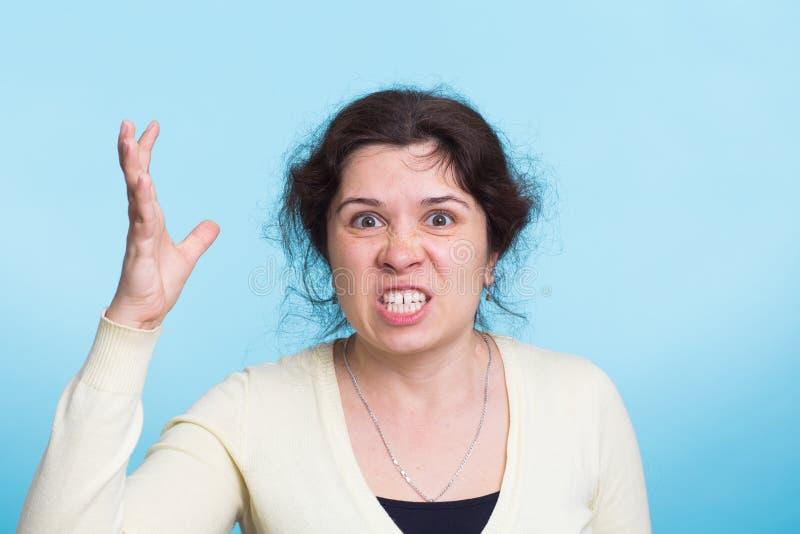 Woedende boze vrouw met woede en frustratie stock fotografie