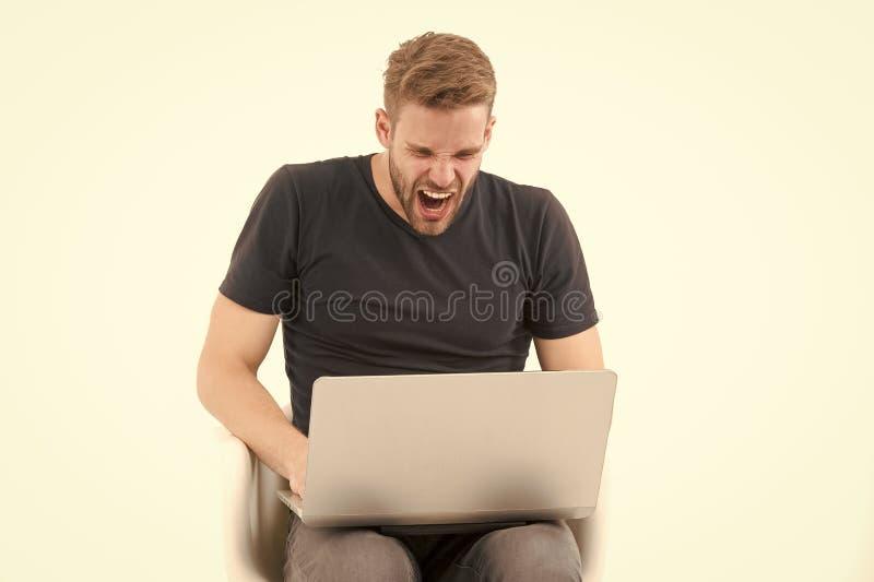 Woedende die mens bij computermonitor op wit wordt geïsoleerd Bedrijfsprobleem Machoschreeuw bij laptop digitale marketing en onl stock foto's