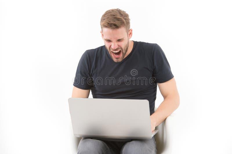 Woedende die mens bij computermonitor op wit wordt geïsoleerd Bedrijfsprobleem Machoschreeuw bij laptop digitale marketing en onl stock foto