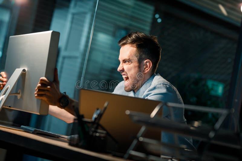 Woedende mens die bij computer schreeuwen royalty-vrije stock foto's