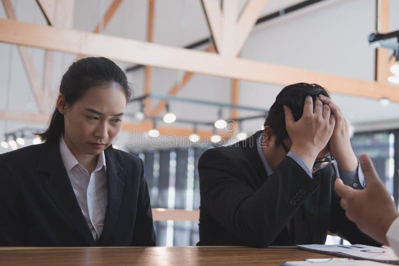Woedende werkgever die gefrustreerde vrouw berispen op kantoor Geïrriteerder Mens royalty-vrije stock foto