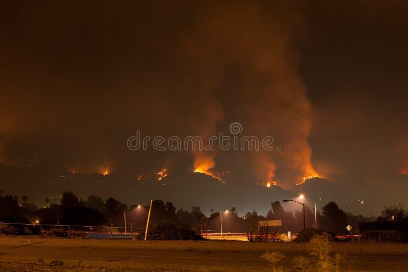 Woedende Wildfire in Heuvels stock foto's