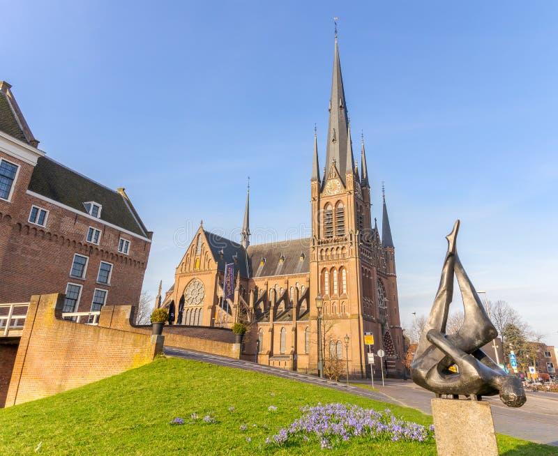 Woerden, Utrecht, Nederland - april 2018: Bonaventurakerk en kasteel in Woerden royalty-vrije stock afbeelding