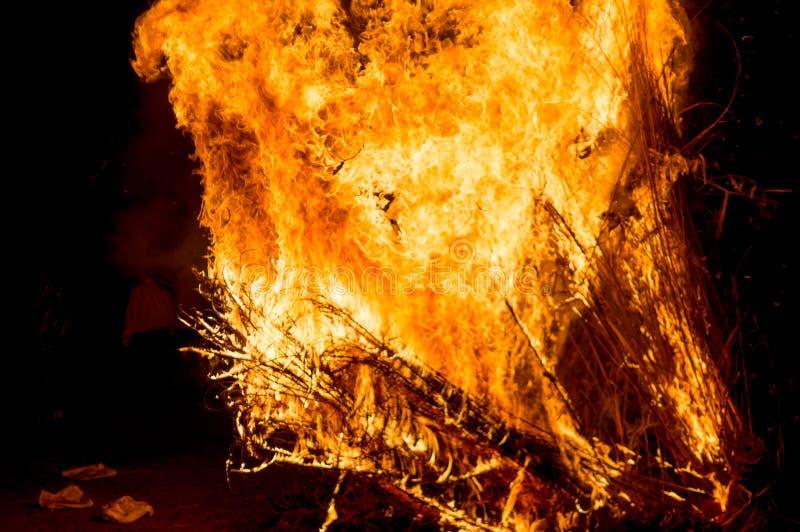 Woeste uitbarsting van houten vuur op Hindoes festival van holilohri royalty-vrije stock afbeeldingen