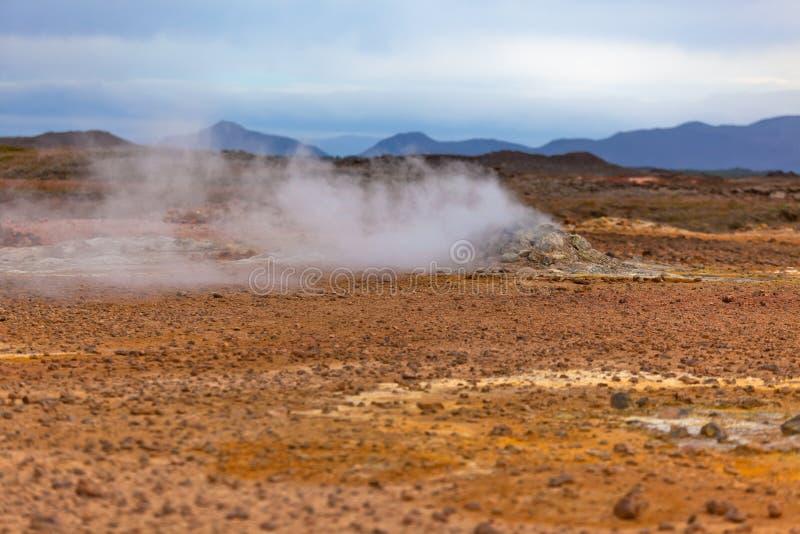 Woestijn bij Geothermisch Gebied Hverir, IJsland stock afbeelding