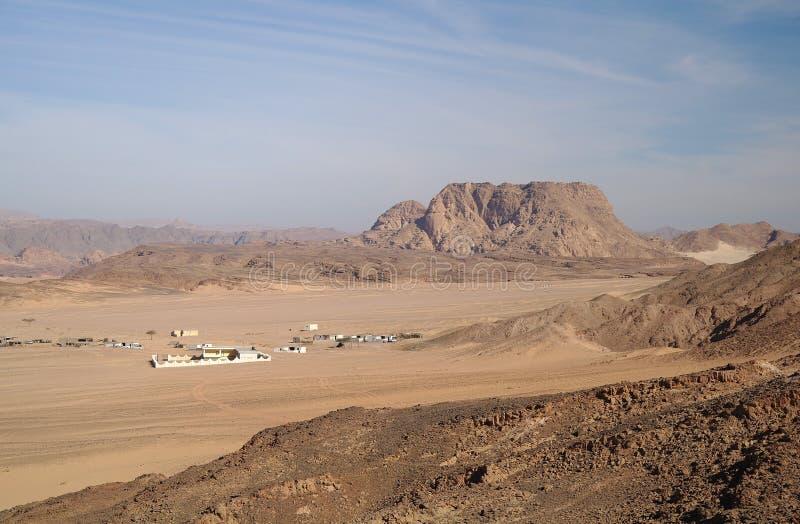 Woestijn en bergen. stock afbeeldingen