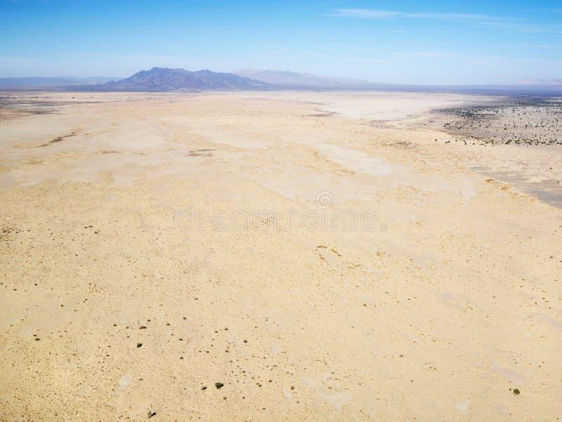 Woestijn en bergketen stock afbeelding