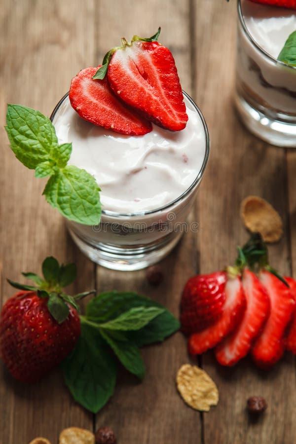 Woestijn, met yoghurt en verse aardbeien stock afbeeldingen