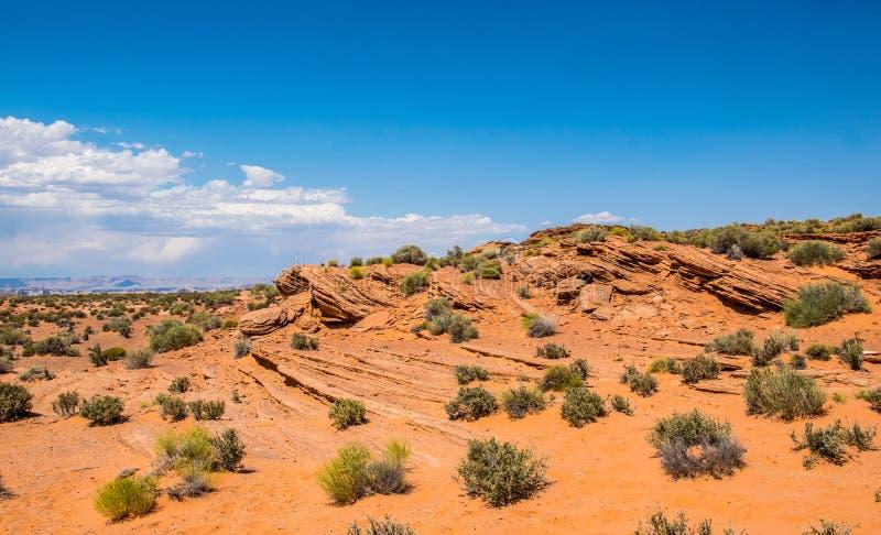 Woestijn rotsachtig landschap van het zuidwesten van de V.S. Rode doorstane stenen en blauwe hemel royalty-vrije stock afbeeldingen
