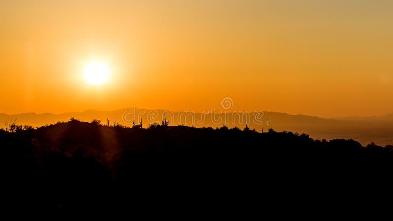 Woestijnterrein silhouet tegen zonsondergang bij Phoenix, Arizona stock afbeelding